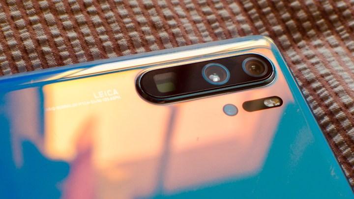 Huawei P30 Pro: câmeras zoom com periscópio (quadrada), principal de 40 megapixels e grande angular com 20 megapixels. Embaixo, ao lado do flash LED, o sensor ToF (a quarta câmera)