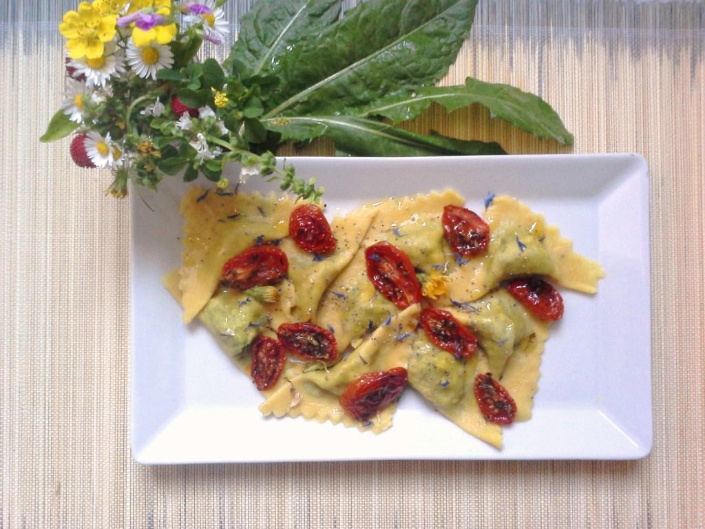 Ravioli di tarassaco, tofu e semi di papavero con pomodorini confit