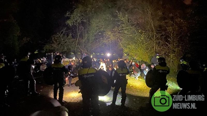 Politie beëindigt illegaal feest in bossen bij Geulle