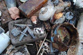 Bodenfund von einem Grundstück in Fürstenwalde/Spree, der bei Baumass- nahmen 2008 entdeckt wurde. Vermutlich wurden die Gegenstände aus Angst vor der Roten Armee im März oder April 1945 von den Bewohnern vergraben.