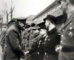 Adolf Hitler zeichnet an seinem Geburtstag am 20.4.1945 jugendliche Volkssturmkämpfer mit dem Eisernen Kreuz aus.