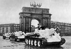 In Leningrad gefertigte Panzer rollen an die Front