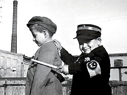 """Zwei kleine Jungen spielen """"Häftling"""" und """"Ghettopolizist"""".."""