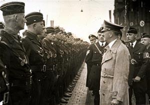 Hitler nimmt eine Parade von RAD Männern ab, anläßlich des Reichsparteitages in Nürnberg (6.9. bis 13.9.1937). Quelle: United States Holocaust Memorial Museum, Washington. Photograph #85224.