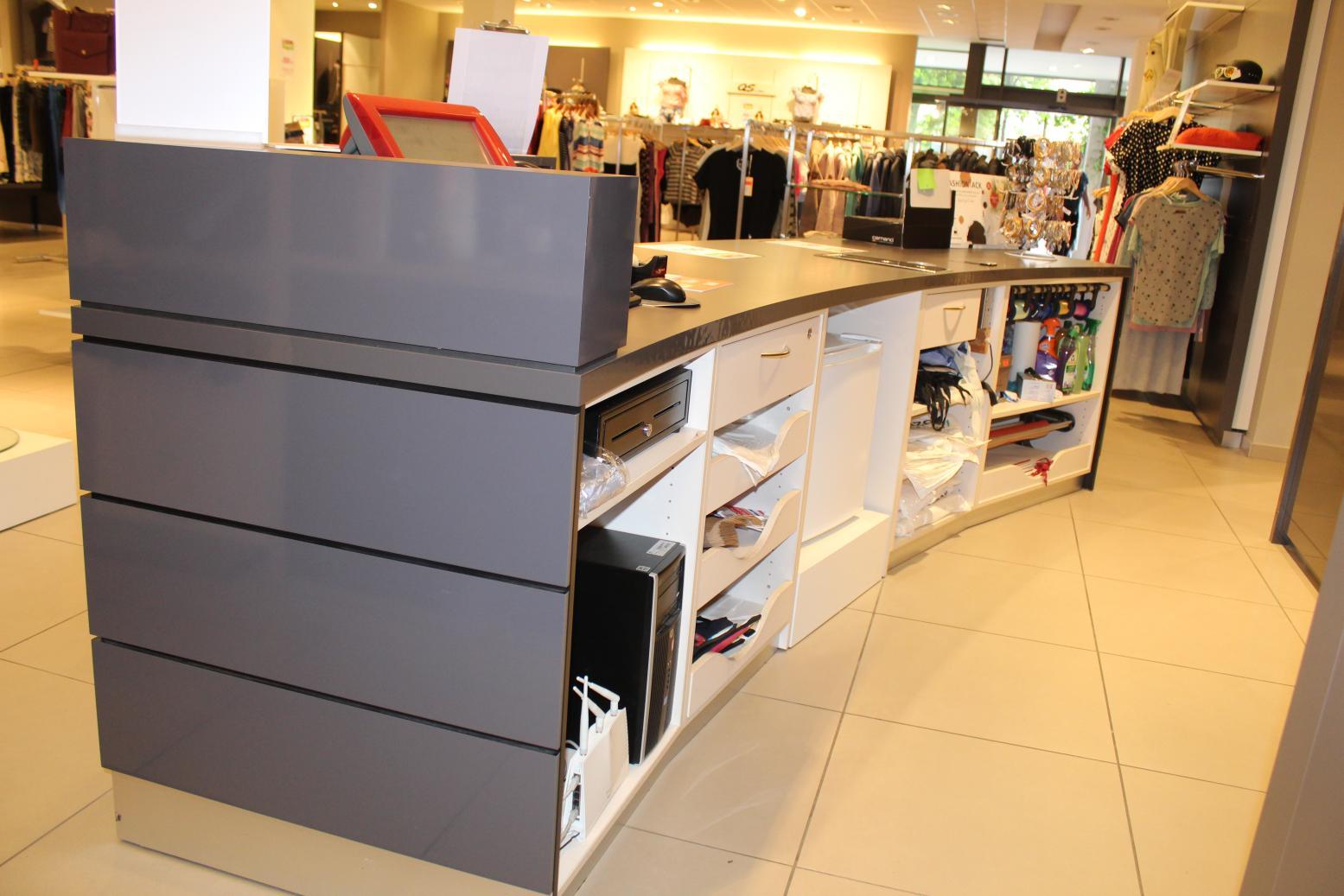 Moderne Kasse mit Kassenschrank