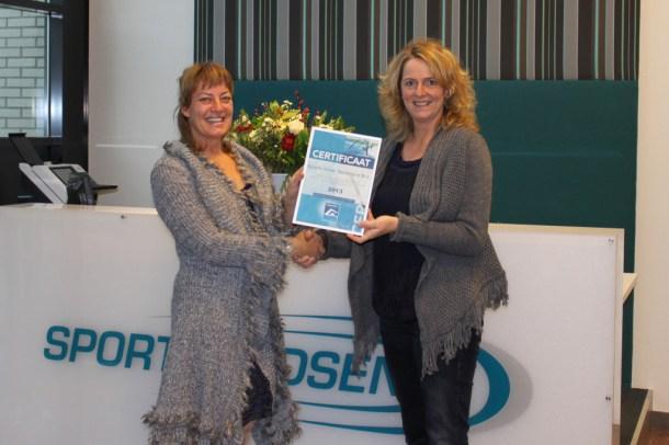 foto van de uitreiking, met Mariska Hol van de Stichting Zwembadkeur (links) en Nancy Visser van Sportfondsen Nederland.