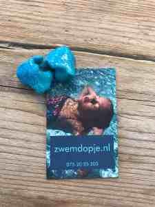blauwe zwemdoppen op maat bewerkt met glitter