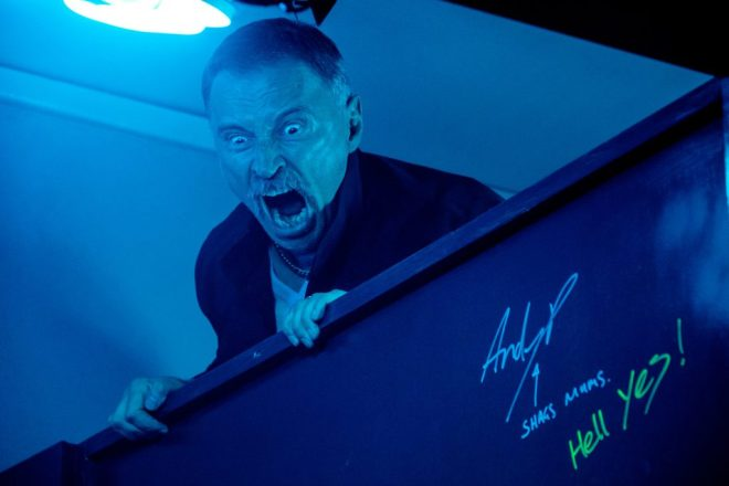 Begbie (Robert Carlyle) raging over toilet cubicle in TriStar PicturesÕ T2: TRAINSPOTTING