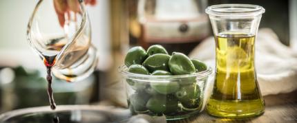 z widokiem na stół | oliwa, oliwki, balsamico...