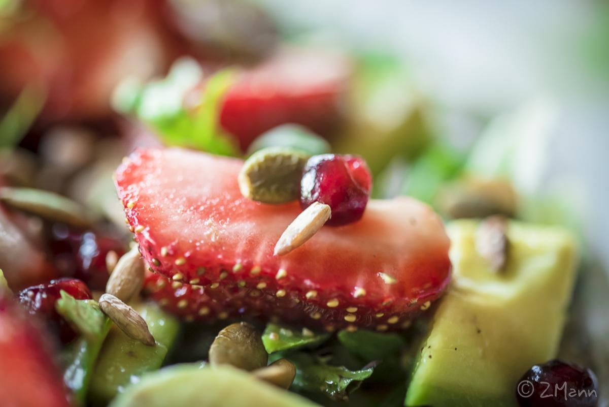 z widokiem na stół   sałatka z truskawkami i avocado, z granatem