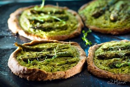 z widokiem na stół   zielone tartaletki szparagowe z tymiankiem