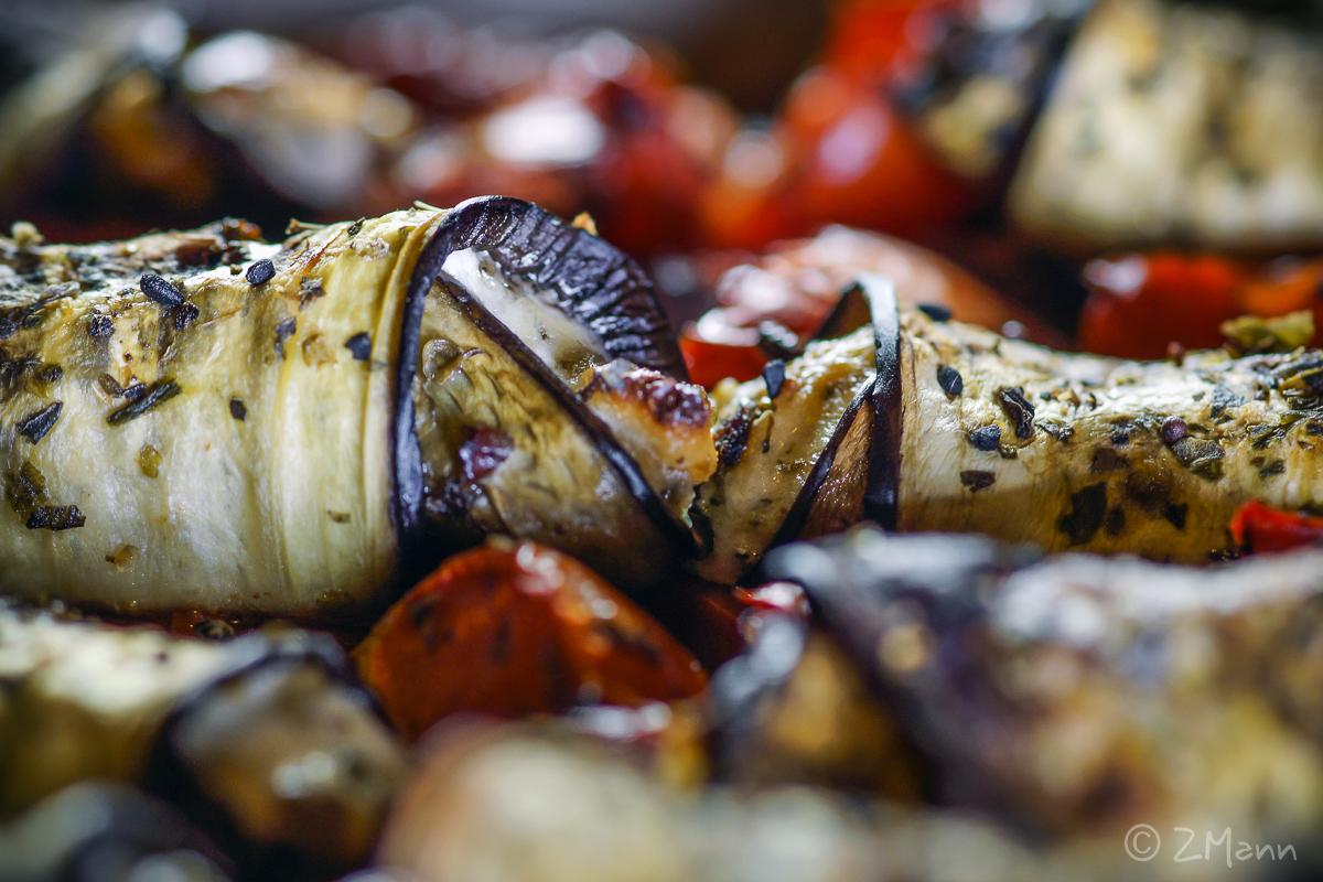 z widokiem na stół | roladki z bakłażana pieczone na pomidorach