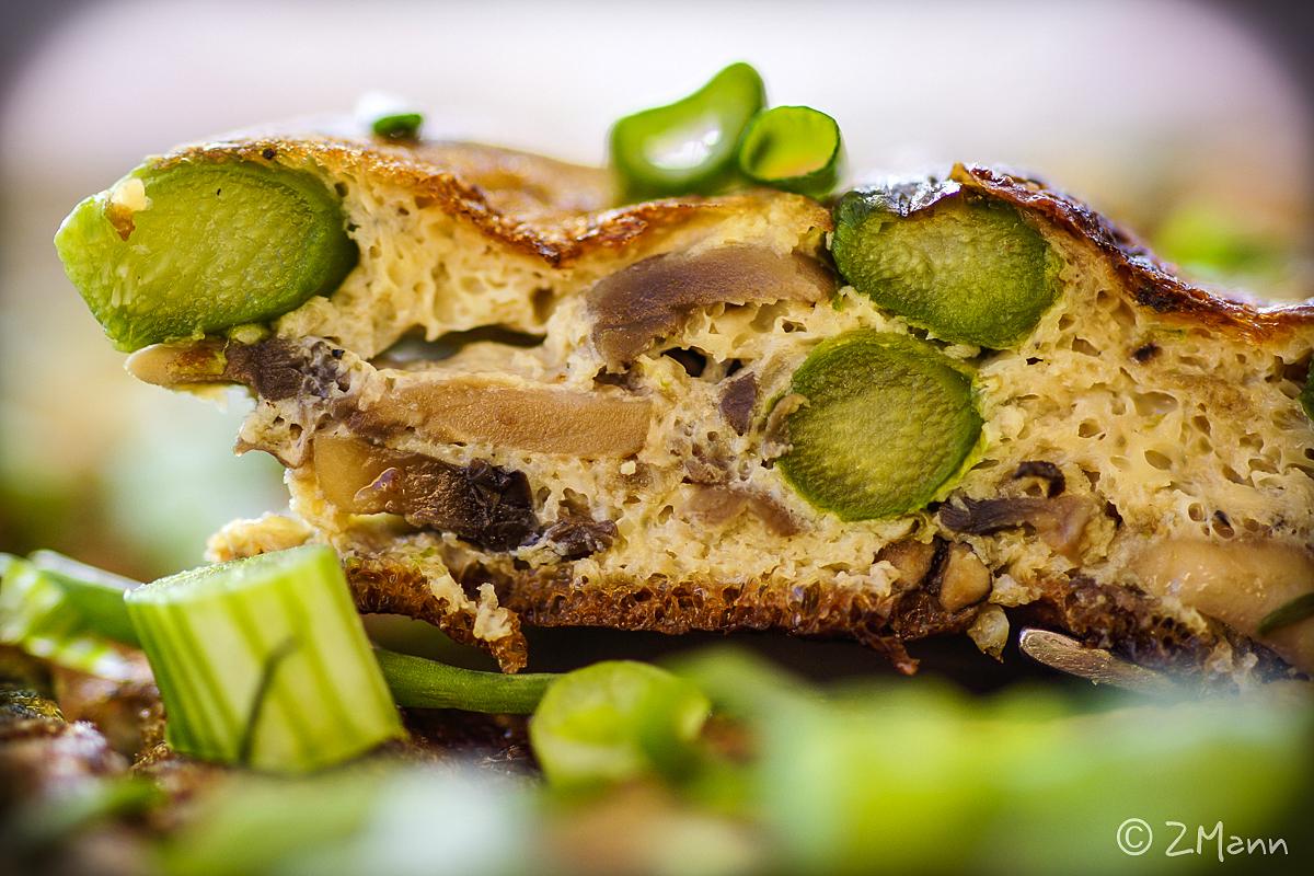 z widokiem na stół   tortilla hiszpańska ze szparagami i pieczarkami