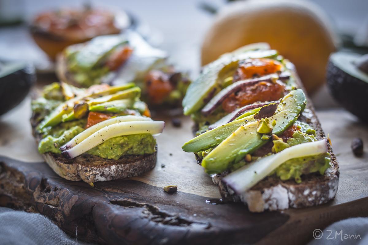 z widokiem na stół | grzanki z avocado, karmelizowanym grajpfrutem, serem i pistcjami