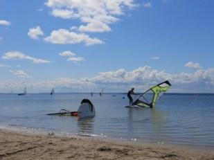 Walka z żaglem windsurfing w Zatoce Puckiej