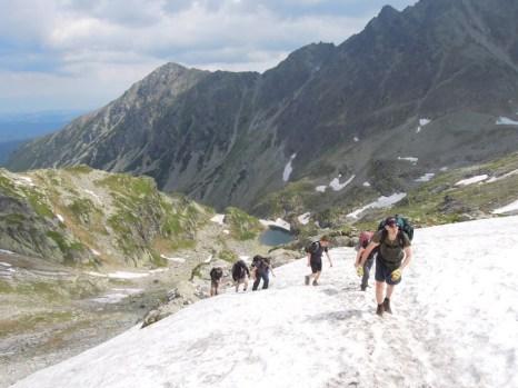 Płaty śniegu w drodze na Zawrat Tatry