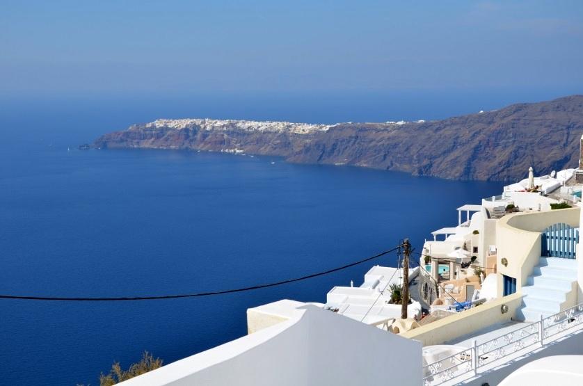 Oia z daleka Santorini