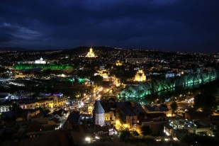 Nocna panorama Tbilisi Gruzja