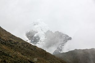 Ośnieżony szczyt w drodze do Aguas Calientes Peru