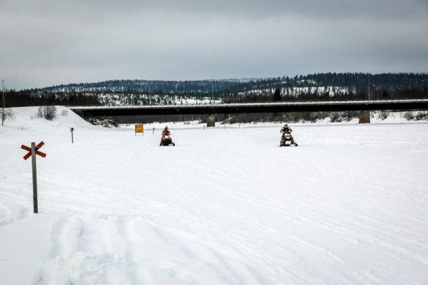 Jazda skuterami śnieżnymi po zamarzniętym jeziorze Inari Finlandia