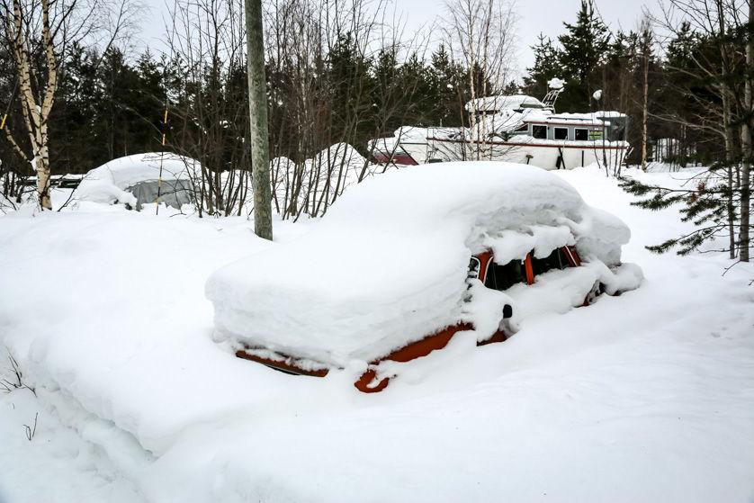 Lekko zasypane auto w Nellim Finlandia