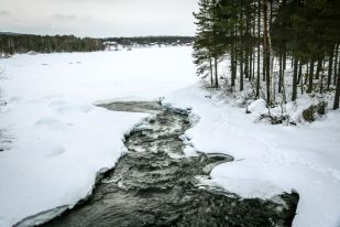 Zamarznięte jezioro Inari w Nellim Finlandia