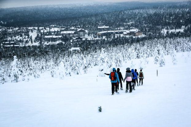 Powrót z wyprawy w rakietach śnieżnych do Saariselkä Finlandia