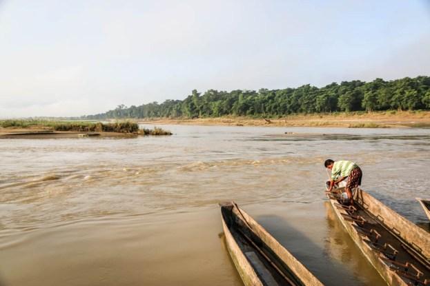 Nepal Chitwan safari spływ łodzią canoe