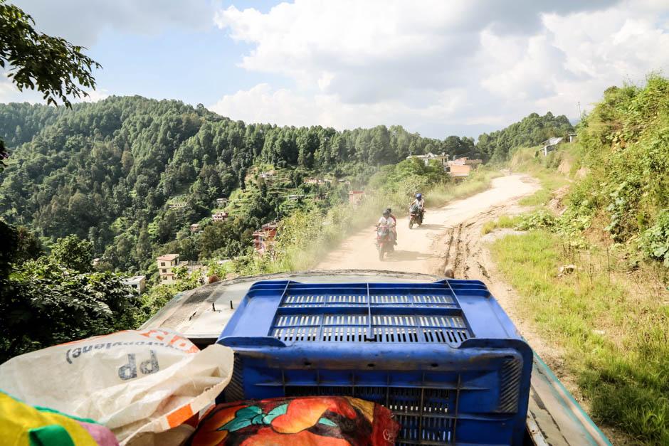 Nepal na dachy autobusu w drodze do Nayapul