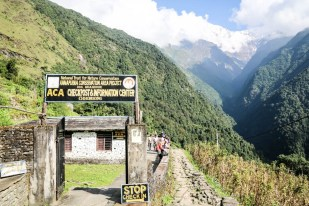 Nepal trekking do ABC checkpoint w Chhomrong