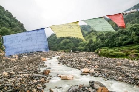 Nepal trekking do ABC most na rzece i flagi