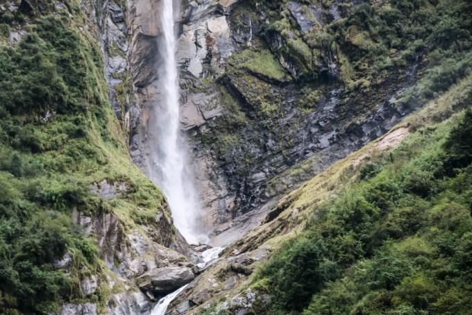Nepal trekking do ABC wodospad przed Himalaya