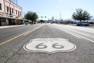 """Odwiedzenie Stanów Zjednoczonych Ameryki to dla wielumarzenie życia, w końcu to miejsca, które tak dobrze znamy z filmów. Tenogromny kraj ma mnóstwo do zaoferowania, od wielkich metropolii z drapaczami chmurpo zapierające dech w piersiach parki narodowe i rezerwaty przyrody. W pierwszej części naszego wyjazdu skupimy się właśnie nacudach natury. W trakcie 2-tygodniowego road tripa odwiedzimy aż 9 parków: GrandCanyon, Antelope Canyon, Monument Valley, Arches, Bryce, Zion, Death Valley,Sequoia i Yosemite! Zobaczymy największy kanion świata, kanion-labirynt znany z""""tapety Windowsa"""", największą dolinę lodowcową i skałę, największe drzewa –sekwoje olbrzymie, które spróbujemy objąć, skupiska łuków skalnych i ostańcówznanych z westernów, najcieplejsze miejsce na dnie wyschniętego słonego jeziora,oazę w kanionie oraz amfiteatry formacji skalnych. Pomiędzy tymi przyrodniczymiatrakcjami odwiedzamy kultowe miasta: San Francisco z mostem Golden Gate, LosAngeles z Hollywood oraz Las Vegas nocą. Ostatni tydzień wyjazdu spędzamy wNowym Jorku. Przechodząc ponad 100 km odkrywamy klimat i największe perełkimiasta, m.in. spacer Mostem Brooklyńskim, rejs promem obok Statuy Wolności, spacerparkiem High Line i dzielnicą Greenwich Village, panoramę Empire State Buildingi Manhattanu z Top of the Rock oraz relaks w Central Parku. Dodatkowo lecimy na1-dniowy wypad nad wodospad Niagara.Do tego bezcenne doświadczenia jazdy ogromnymiautostradami obok 5-litrowych pickupów czy wysokich palm na wybrzeżu, oglądanieznaku Hollywood z bliska, gra na jednorękim bandycie w Las Vegas, zakupy w Wallmarcie i długo by tak wymieniać… Wyjazd był zorganizowany w ramach Klubu Podróżników Soliści, a ja byłem liderem grupy:) Mapa wycieczki """"USA Road Trip - Zachód"""": Dzień 1 – 13.09 Przylot do San Franscisco Nasza wycieczka zaczyna się od nocnego przejazdu do Berlina oraz lotów, najpierw na trasie Berlin-Amsterdam, a następnie do San Francisco (13 godz.). Po wylądowaniu koło południa tego samego dnia (przesunięcie """