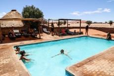 Relaks w basenie kemping Sesriem