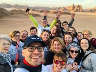 Fotka grupowa na punkcie widokowym Wadi Rum