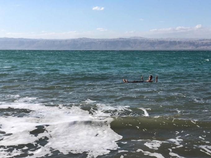 Morze Martwe unoszenie się na wodzie