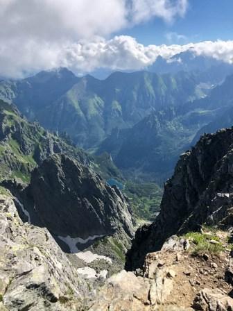 Widok na dolinę i szczyty