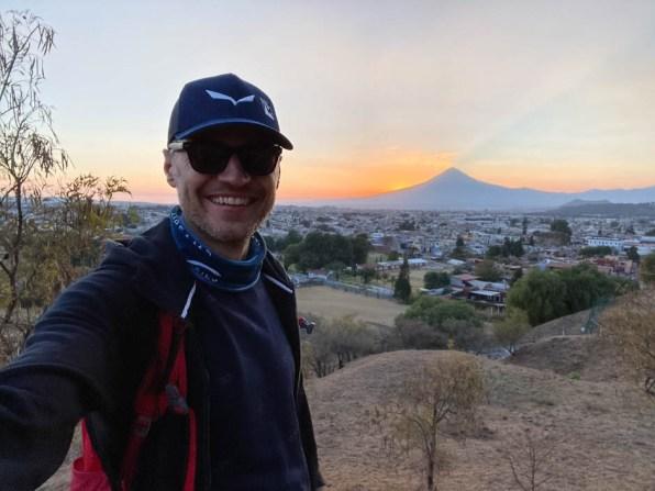 Puabla zachód słońca wulkany