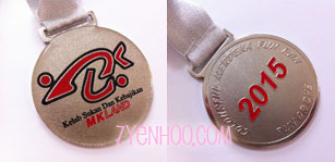 The front and back of the medal that was issued to all runners, regardless of whether they ran 7km or 10km