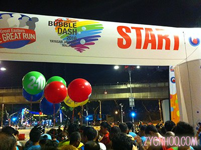 Runners waiting to be flagged off from the Start Line. The large balloons are tied to event-assigned official pacers.