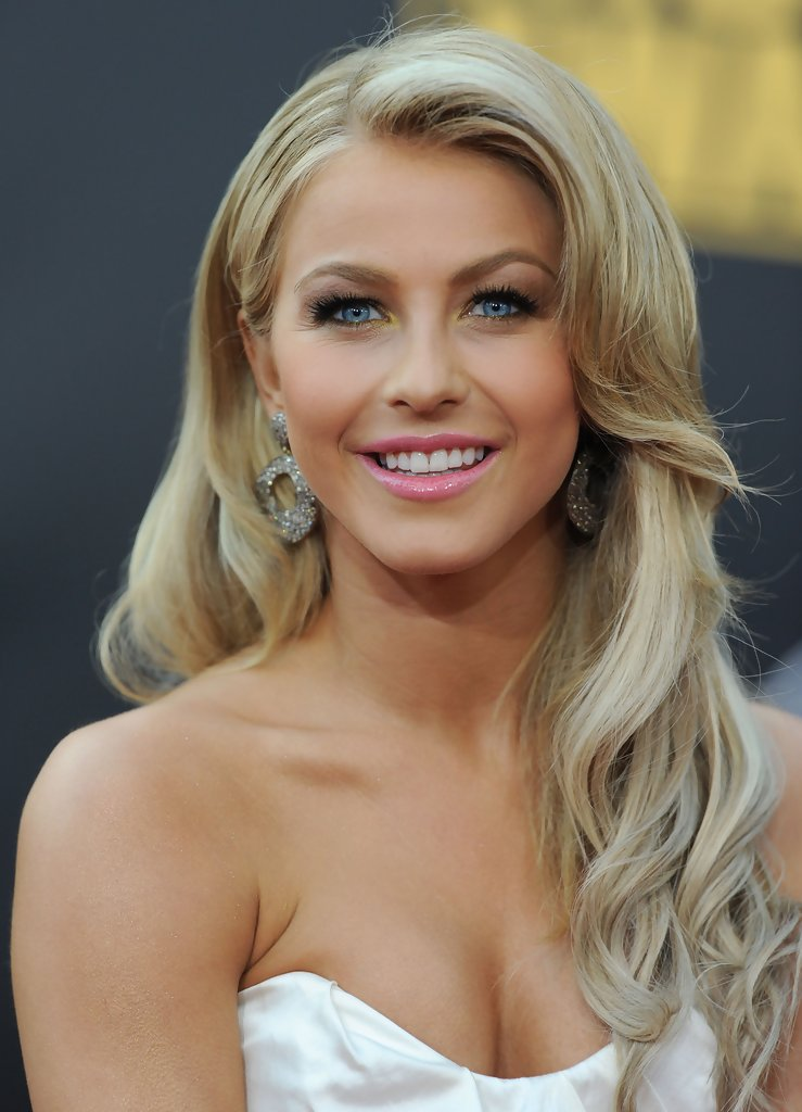 More Pics Of Julianne Hough Retro Hairstyle 5 Of 11