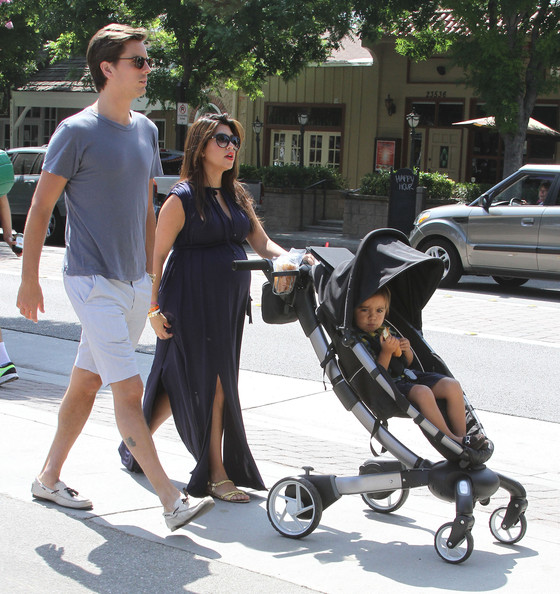 Kourtney Kardashian - Pregnant Kourtney Kardashian And Family At The Farmers Market In Calabasas
