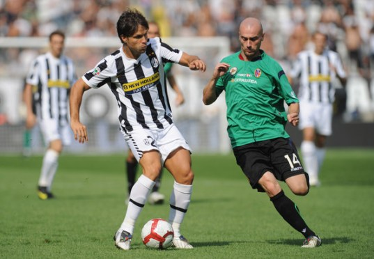 Ribas Da Cunha Diego (L) of Juventus FC is challenged by Roberto Guana of Bologna FC during the Serie A match between Juventus FC and Bologna FC at Olimpico Stadium on September 27, 2009 in Turin, Italy.