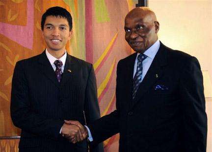 Le président de la Haute Autorité de transition malgache, Andry Rajoelina (g), lors de sa rencontre avec le président sénégalais, Abdoulaye Wade (d), à Dakar, le 28 mai 2009.(Photo : AFP)