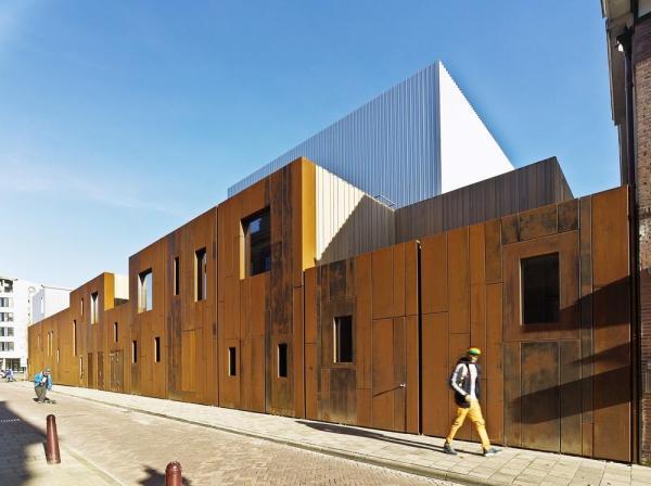 The Corten steel façade along the Lange Scheistraat., Image Courtesy ©  Petra Appelhof