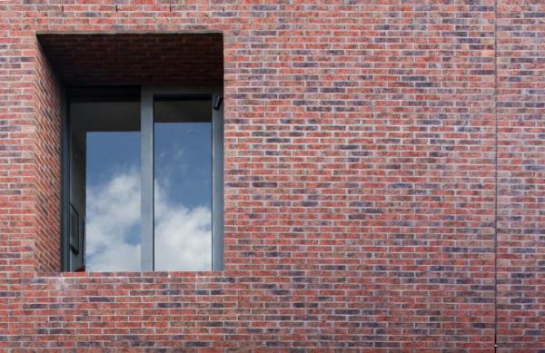 Flush struck brickwork with deep inset windows, Image Courtesy © B.E ARCHITECTURE