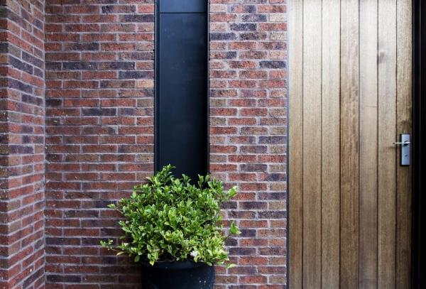 Masonry with black steel detail and solid timber door, Image Courtesy © B.E ARCHITECTURE