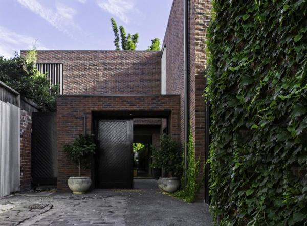 Rear residence built around an internal courtyard opens onto the secluded laneway, Image Courtesy © B.E ARCHITECTURE