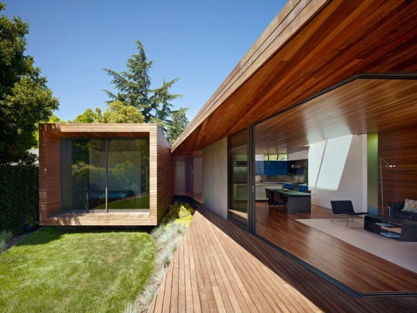 bedroom wing and central garden deck, Image Courtesy © Bruce Damonte