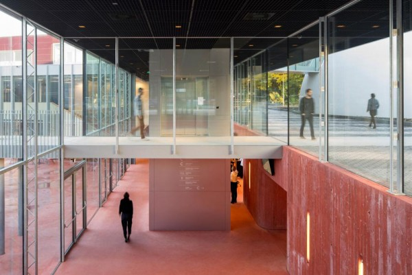 entrance hall and public routing to sunken square, Image Courtesy © René de Wit